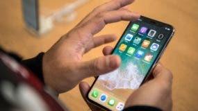 El iPhone X tiene una pequeña barra -donde está instalado el hardware de reconocimiento facial- sobre la imagen proyectada en el teléfono.