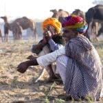 En India y otros países de Asia sentarse en cuclillas es normal para gente de todas las edades.