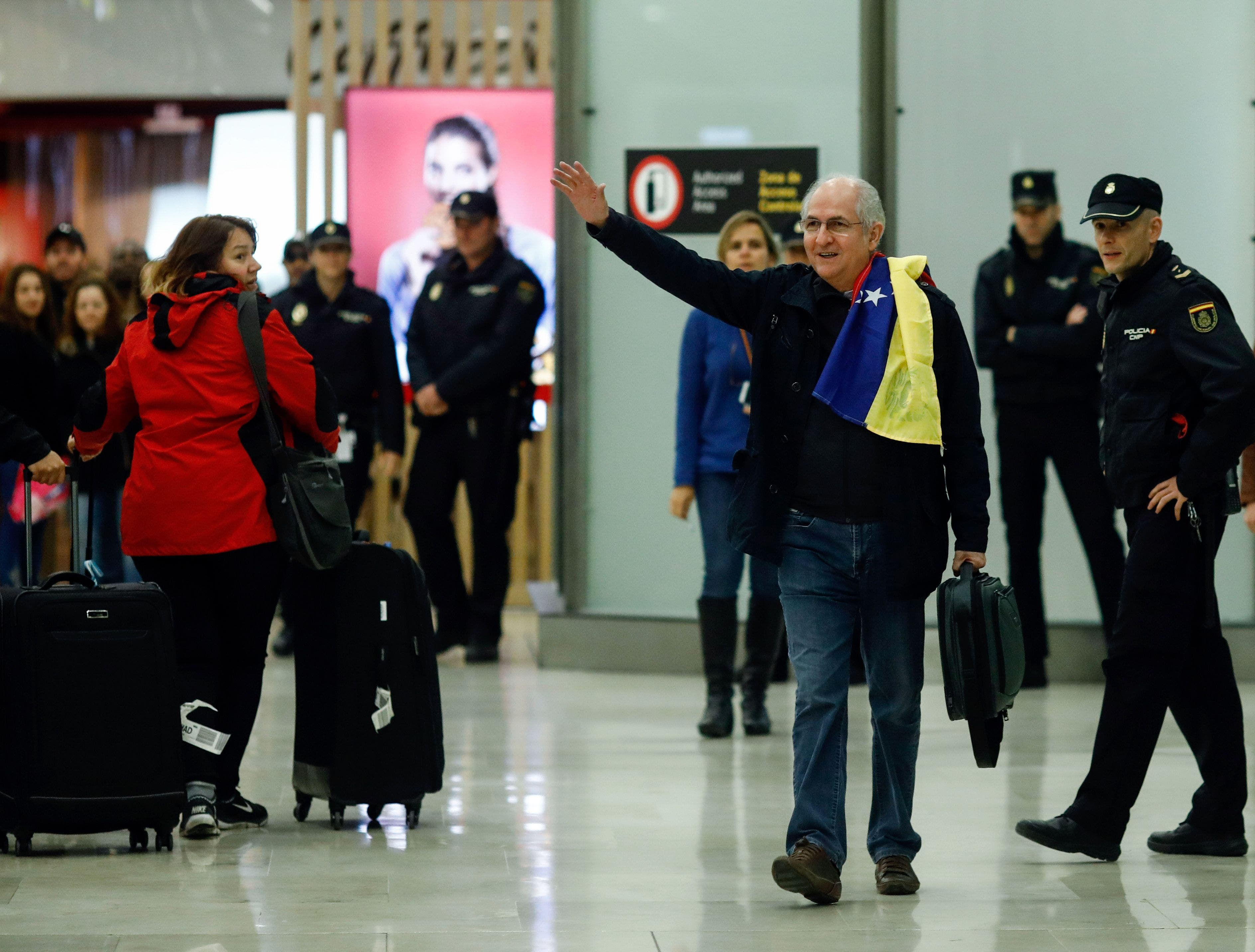 El alcalde de Caracas, Antonio Ledezma (2-R) saluda a su llegada al aeropuerto de Barajas el 18 de noviembre de 2017 en Madrid. Ledezma llegó de Bogotá a España el 18 de noviembre tras escapar del arresto domiciliario en la capital venezolana, luego de haber sido acusado de conspiración contra el gobierno de Nicolás Maduro. / AFP