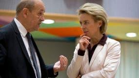 El ministro de relaciones exterior de Francia, Jean-Yves Le Drian, habla con la ministra de Defensa de Alemania, Ursula von der Leyen, durante una reunión de ministro de Exteriores y de Defensa de la Unión Europa, donde debatieron el tema de las nuevas sanciones a Venezuela.