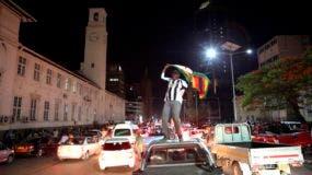 En las calles, la noticia fue recibida con vítores y los automóviles hicieron sonar sus bocinas.