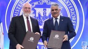 El  ministro de Cultura Pedro Vergés y el canciller Miguel Vargas, firmaron el convenio.