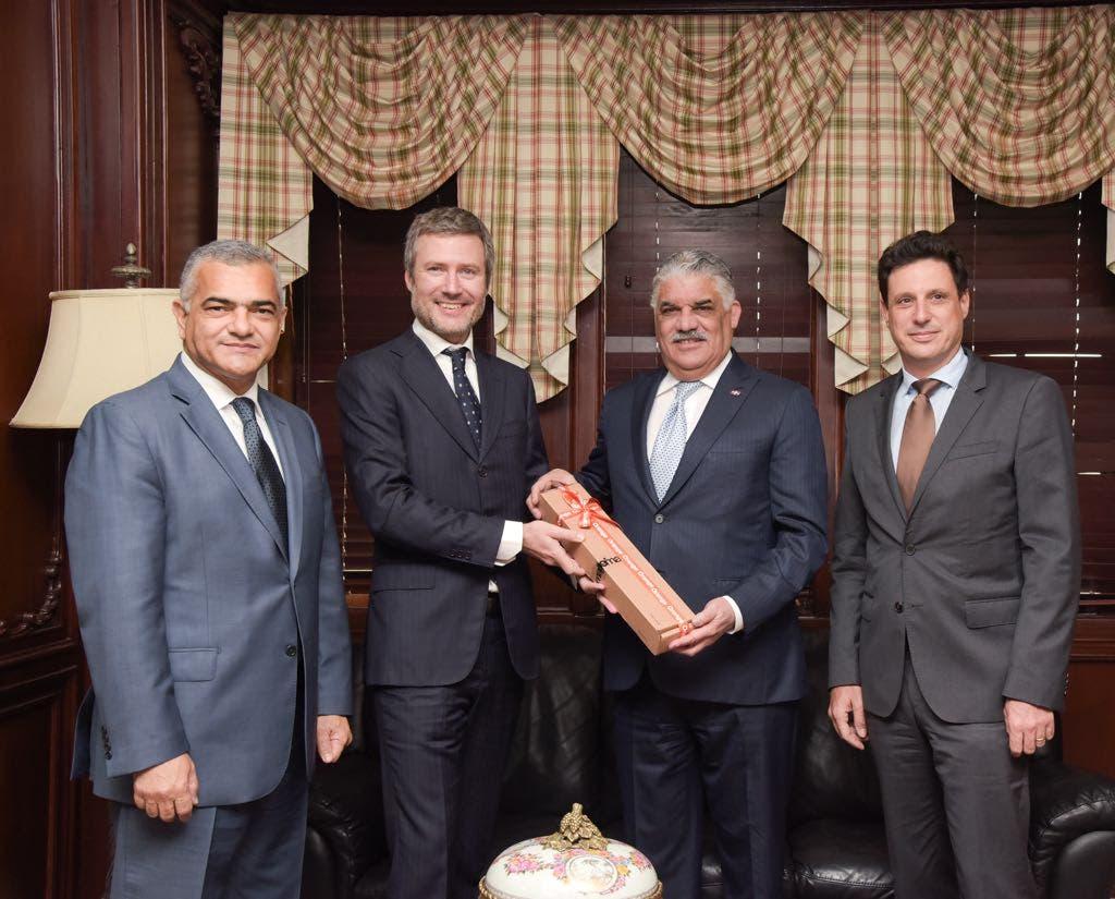 Canciller Miguel Vargas; Martín Roos - CEO Altice RD;  Jean Charles Nicolas - CFO Altice RD; y  Carlos Gabriel García, viceministro  de Relaciones Exteriores.