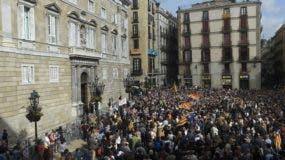 Miles de catalanes salieron a las calles el jueves para protestar contra el encarcelamiento de nueve exfuncionarios tras haber comparecido en la Audiencia Nacional en medio de la investigación sobre su rol en la declaración de independencia catalana.