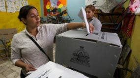 Una mujer da su voto durante las elecciones generales en una mesa electoral en el barrio de Buenos Aires en Tegucigalpa, Honduras, el domingo 26 de noviembre de 2017.