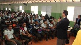 Estudiantes del Centro San Miguel Arcángel mientras escuchaban charla sobre  importancia de donar sangre.