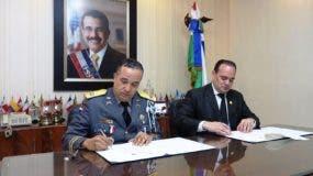 El director de la Policía, Ney Aldrin Bautista, y el presidente del Colegio de Abogados, Miguel Surún Hernández.