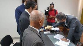 La comisión entregó un documento con la solicitud. Foto: Degnis De León.