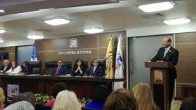 El presidente de la JCE habla a los miembros del Pleno del organismo.
