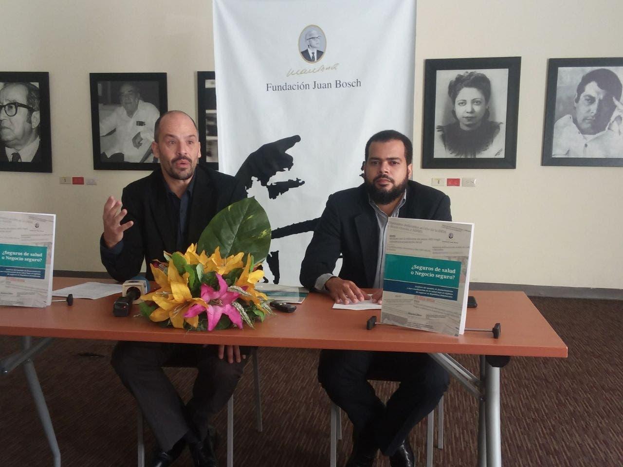 Matías Bosch Carcuro, presidente de la Fundación Juan Bosch y  Airon Fernández Gil, autores del análisis sobre los seguros de salud en el país.