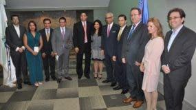 El doctor Flavio Darío Espinal junto al director de la ONDA, Trajano Santana y los conferencistas internacionales del Seminario sobre Derecho de Autor y Derechos Conexos.