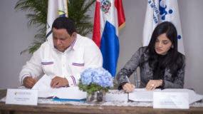 Rafael Hidalgo y Berlinesa Franco firman el acuerdo.