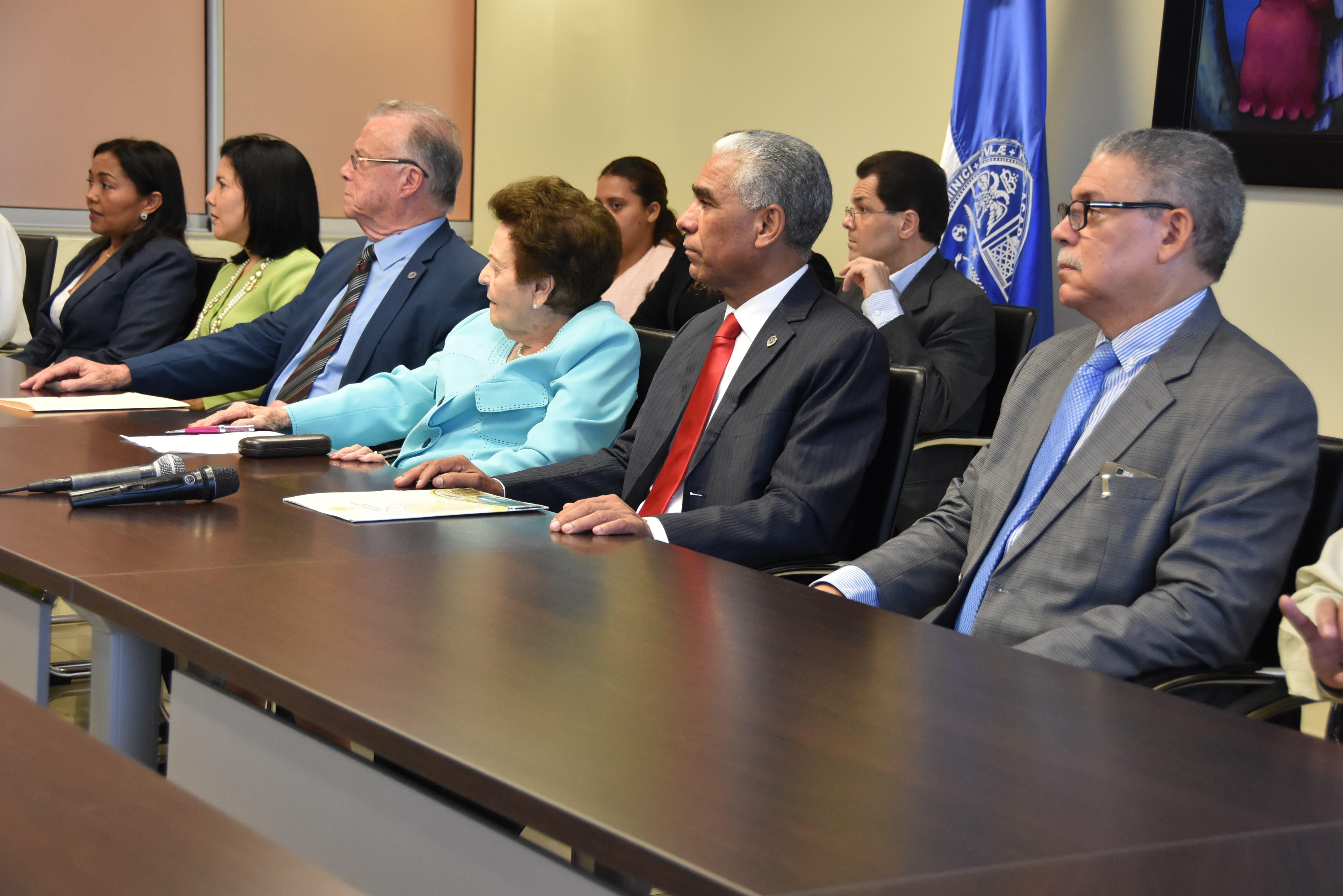 El decano de la Facultad de Ciencias de la Salud, doctor Wilson Mejía, la presidenta del Centro de Rehabilitación, señora Mery Marranzini, junto a funcionarios de ambas instituciones.