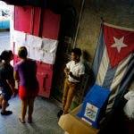 Dos mujeres buscan sus nombres en una lista de votantes en un colegio electoral antes de votar en las elecciones municipales en La Habana, Cuba, el domingo 26 de noviembre de 2017.
