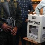 Un soldado del ejército hondureño custodia una urna electoral en Tegucigalpa durante las elecciones generales del 26 de noviembre de 2017.