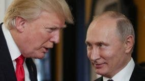 El presidente  Donald Trump  conversa con el presidente de Rusia, Vladimir Putin, mientras asisten a la Reunión de Líderes Económicos de APEC, parte de la cumbre de líderes de Cooperación Económica Asia-Pacífico (APEC) en la ciudad vietnamita central de Danang.