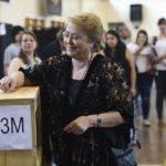 La presidenta Michel Bachelet en momentos en que ejercía el derecho al voto. AP