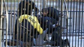 Agentes del Servicio Secreto detienen a un hombre que trató de burlar una barrera de seguridad cerca de la Casa Blanca en Washington.  (AP Photo/Alex Brandon)