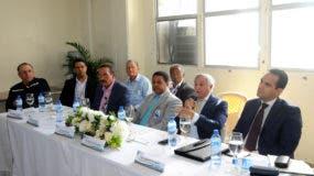 El director de Hidrocarburos,  Ramón Cruz Placencia y otros funcionarios del MICM en la reunión con distribuidores de carburantes.