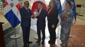 Ramón Rodríguez Espinal entrega una placa a la Embajada que fue recibida por el representante Takeshi Murakami.