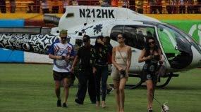 Karim aterriza en Estadio acompañado de varias mujeres. Foto de Telenoticias