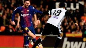 El delantero argentino del Barcelona Lionel Messi (L) compite con el centrocampista del Valencia Carlos Soler durante el partido de fútbol de la liga española Valencia CF y el FC Barcelona en el estadio Mestalla de Valencia el 26 de noviembre de 2017 / AFP