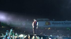 Nicky Jam subió al escenario pasadas las 9:20 de la noche.
