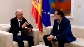 El primer ministro español, Mariano Rajoy, escucha al ex alcalde de Caracas Antonio Ledezma (L) durante una reunión en Madrid el 18 de noviembre de 2017. Ledezma llegó de Bogotá a España después de escapar del arresto domiciliario en la capital venezolana, después de haber sido acusado de conspiración contra el gobierno/ AFP