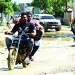 Calles del sector de Andrés se inundan de agua y lodo cuando llueve, por los   hoyos y  filtrantes sucios.
