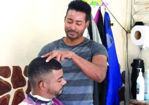 Muchos jóvenes encuentran en la barbería un medio   de vida.