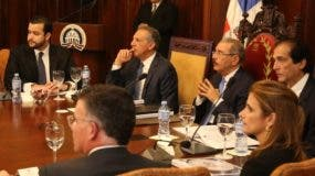 Danilo  Medina acompañado de empresarios y funcionarios.
