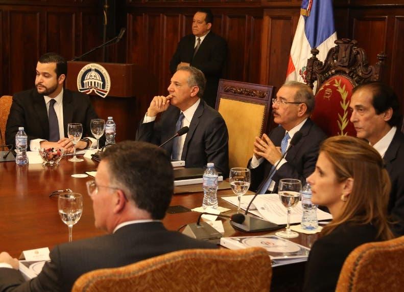 Presidente juramenta empresarios en Consejo Nacional de Cometividad