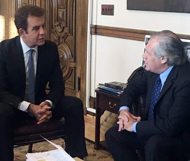 El secretario de la OEA, Luis Almagro, junto a Salvador Nasralla.