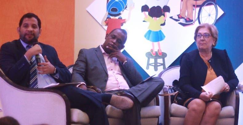 Varios panelistas debaten los resultados  del estudio en el hotel.