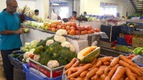 Las cebollas roja  y blanca se vendían a RD$60  y 50  pesos, y la zanahoria a RD$25.