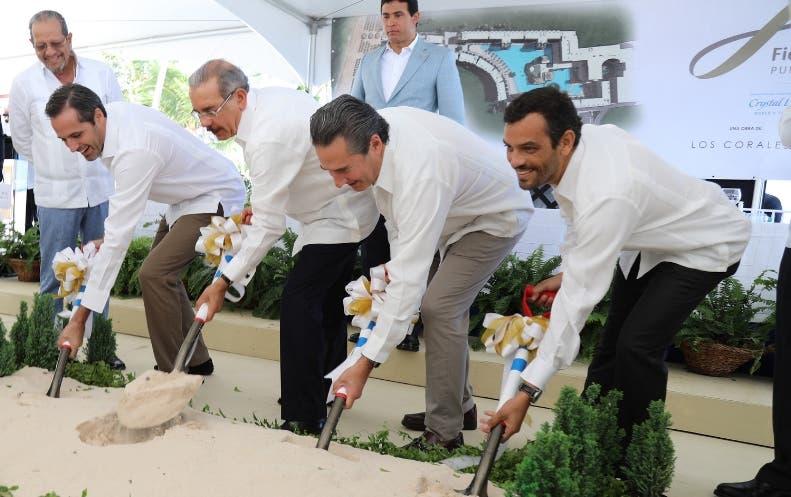 El presidente Medina junto a directivos del centro hotelero.