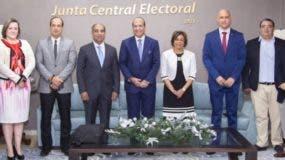 Castaños junto a  los representantes de las diferentes entidades que conforman la comisión.