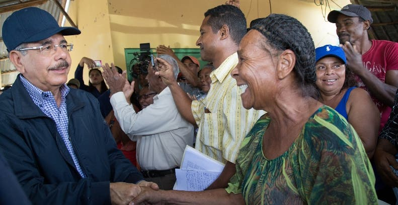 Danilo Medina saluda campesinos de Mata de Palma, El Seibo.