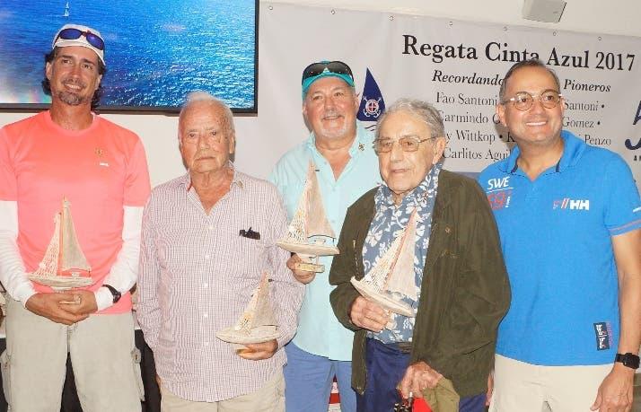 Directivos del Clun Náutico  y participante de la regata.