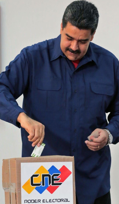 El presidente de Venezuela, Nicolás Maduro, mientras votaba.