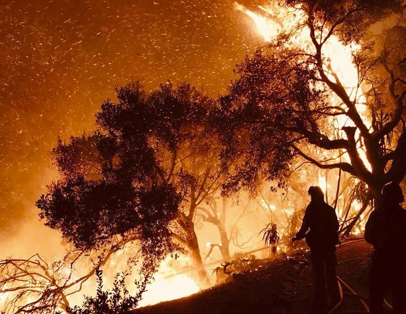 Hay 9,000 bomberos tratando de controlar cinco fuegos.