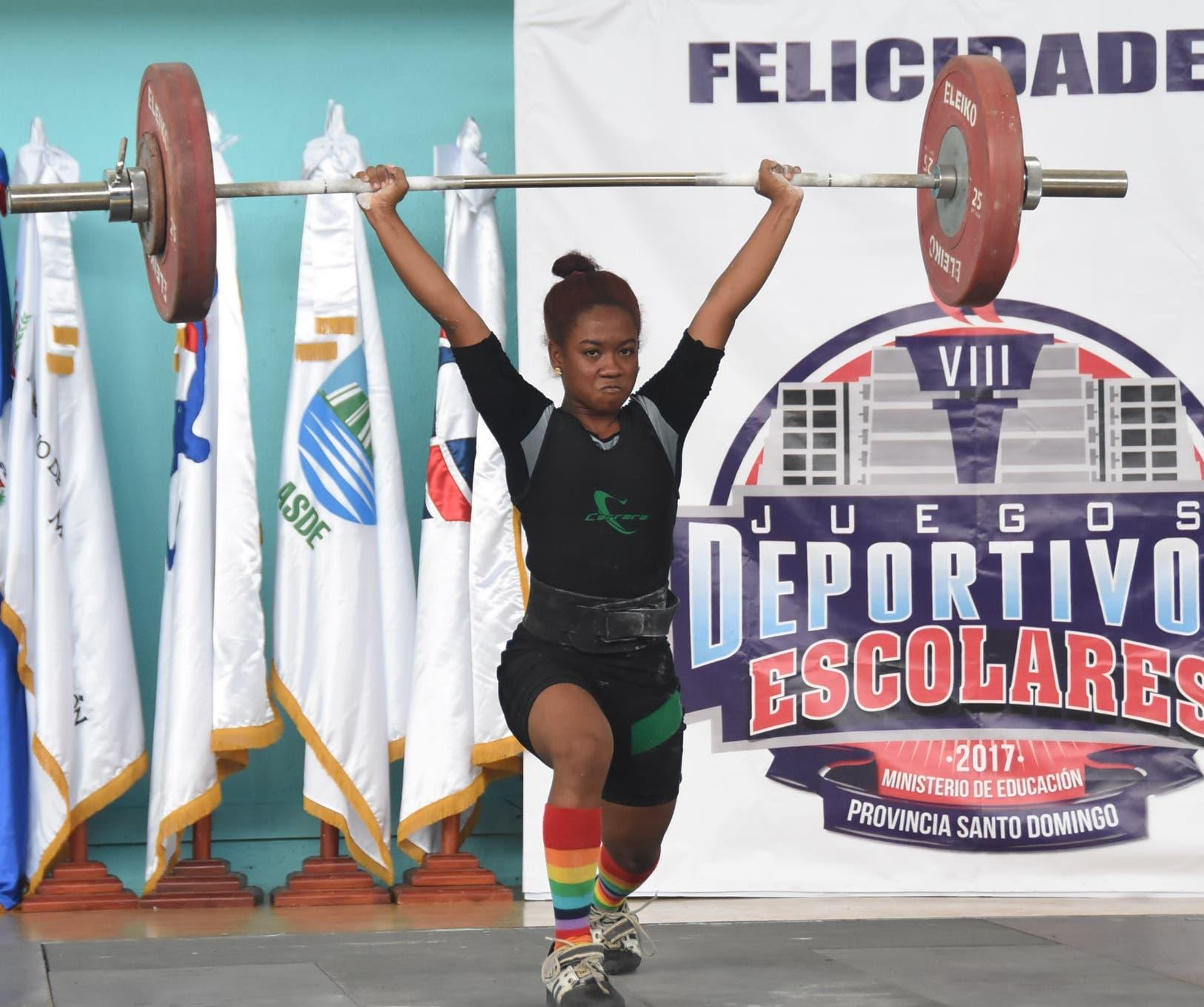 Dahiana Ortiz ejecuta un movimiento durante su participación en los Juegos Nacionales Escolares, donde estableció tres marcas.
