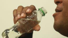 La venta de este alcohol ilegal se realiza en patios y colmados.