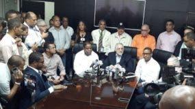 Vitelio Mejía, centro, participa  en rueda de prensa, junto a Ramón Pepín y al ministro Danilo Díaz.