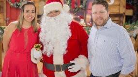 Priscila Diep y John McFarlane junto a Santa Claus.