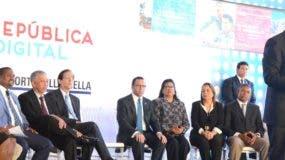 Danilo Medina habla junto a los ministros de la Presidencia y Educación,  Gustavo Montalvo y Andrés Navarro, y otras personalidades