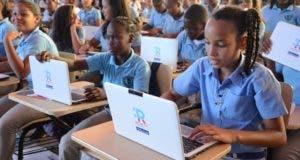 Jóvenes fijaron sus ojos en su  ordenador que tendrá wifi.