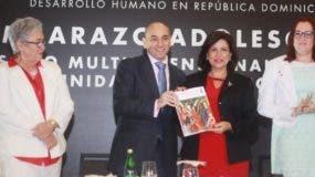 Lorenzo Jiménez de Luis, del PNUD, entregó el informe a la vicepresidenta Margarita Cedeño.