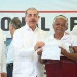 El presidente Medina cuando entregó certificado a una señora.