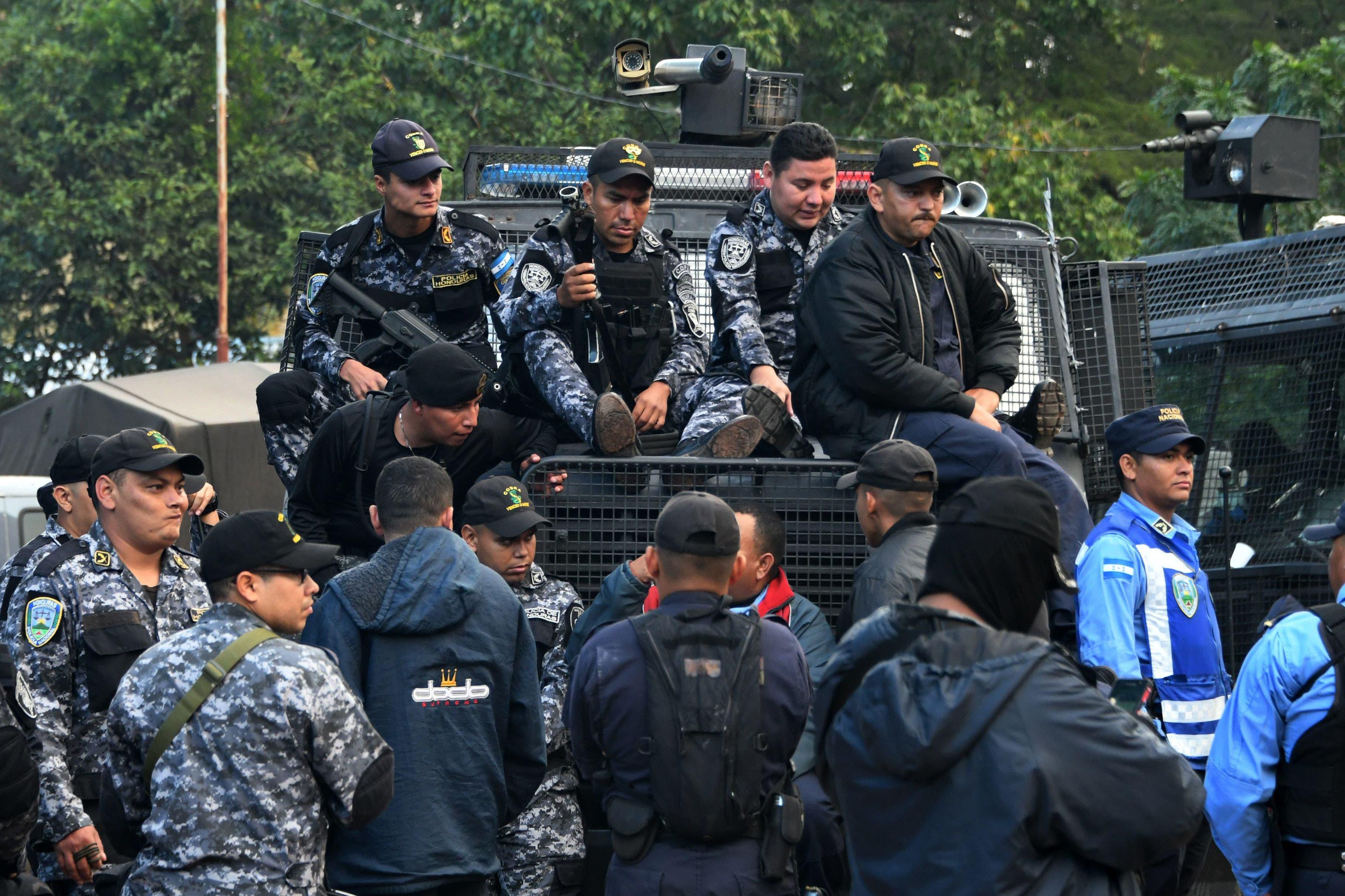 """Los policías piden al Gobierno hondureño que """"busque la mejor salida"""" a la crisis política que vive el país tras los comicios del pasado 26 de noviembre, y aseguran que su protesta """"no se debe a ideales políticos""""."""